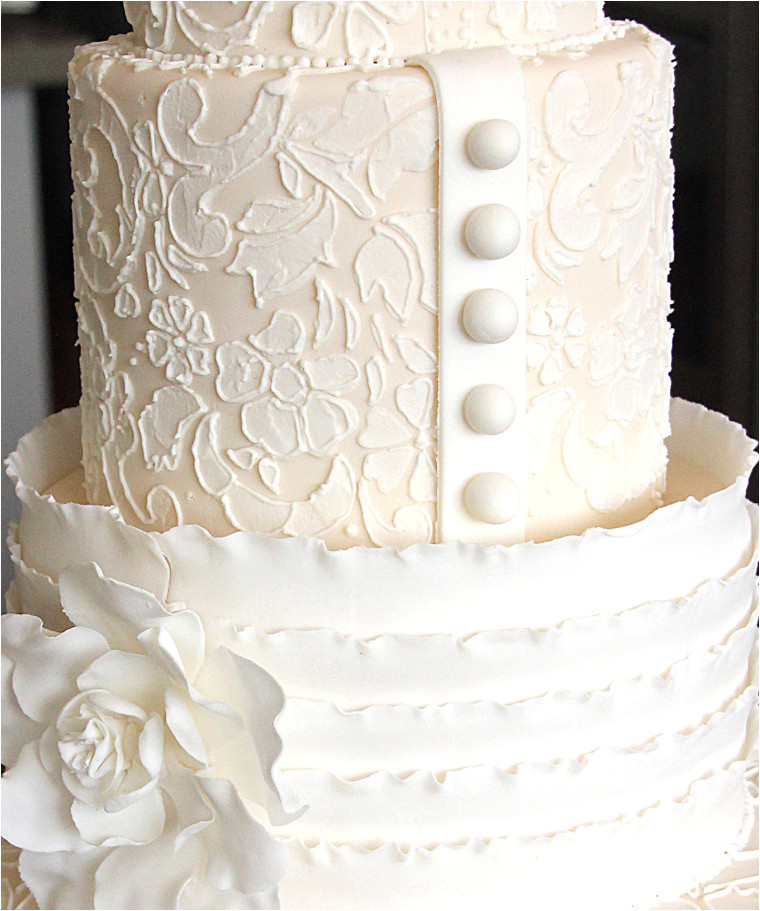 how to achieve a stunning lace effect on a cake using stencils and piping
