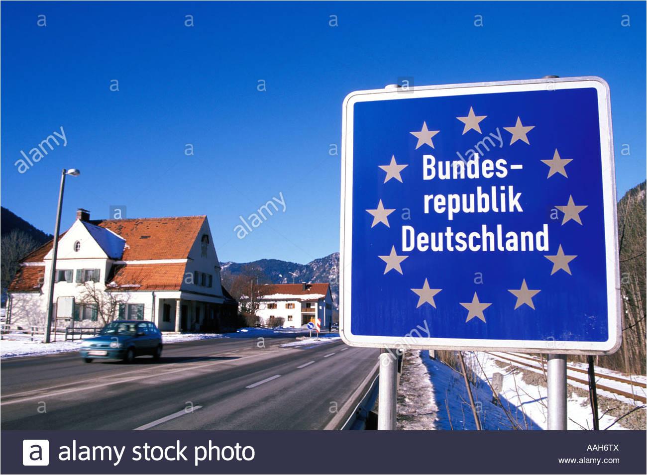 verkehrszeichen am grenzubergang zwischen deutschland und osterreich pfronten bayern deutschland aah6tx jpg