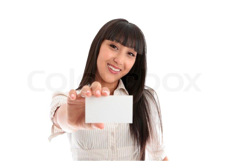en smuk smilende ung kvinde der beklaeder en visitkort klubkort id kort koerekort eller anden billede